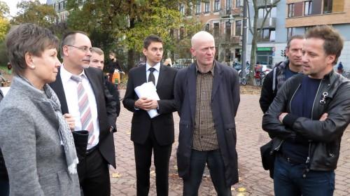 """Vereinsvorstand Stefan Schulz erläutert Frau Orosz, wie die """"Nette Toilette"""" funktioniert."""