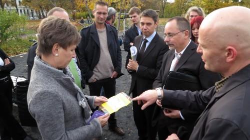 """Ortsamtsleiter André Barth überreichte der Oberbürgermeisterin eine Schokolade der """"Nimm-mich-mit-Aktion"""""""